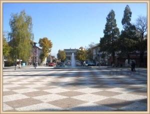 Площадът на Долна баня сега