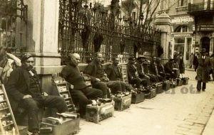 Ваксаджии. Човек, чийто занаят е да лъска обувки на улицата.