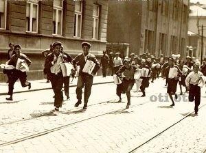 Весникарчета. Деца разнасящи вестници в големите градове. Интернета на 19 и началото на 20 век.
