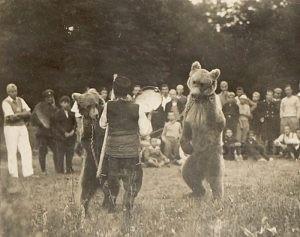 Мечкар с танцуваща мечка на панаир.