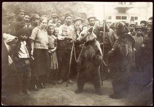 Мечкар с танцуваща мечка.