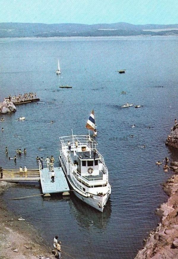 Язовир Искър малак пътнически кораб при щъркелово гнездо 1987 г.